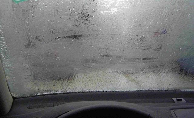 下雨天气车玻璃模糊不清,怎么办?